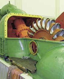 Blick ins Innere einer demontierten Pelton- Turbine in der Kavernenzentrale Sedrun vor dem Umbau.
