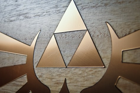 Nearly impossible to see, the brush strokes on the faux-gold cap radiate out from the triforce.