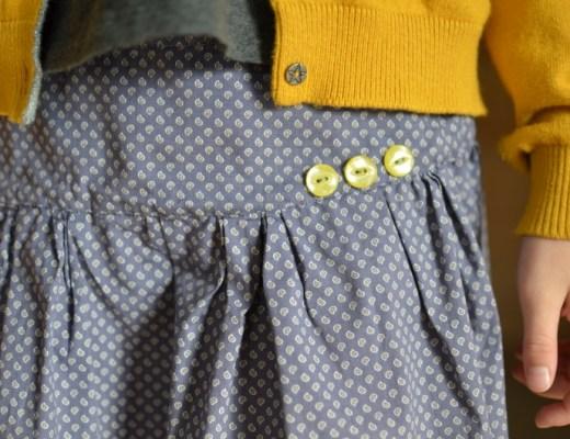 Jupe grise, gilet jaune,boutons vintage