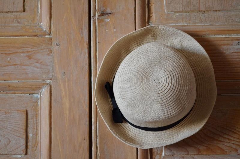 Un chapeau sur la porte