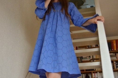 Style chic pour cette robe en broderie anglaise