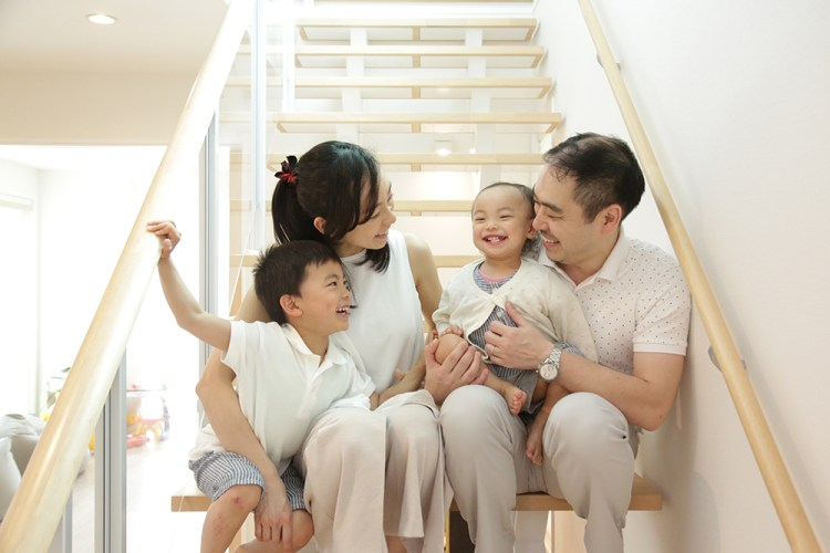 新築記念自宅の階段で家族写真