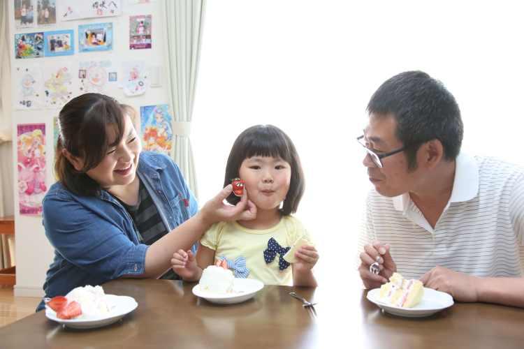 家族でお誕生日ケーキを囲んで