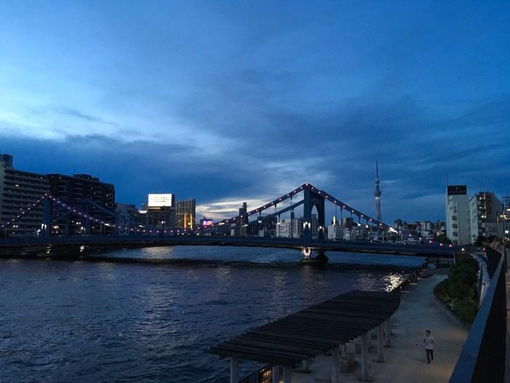 隅田川にかかる清洲橋とスカイツリー