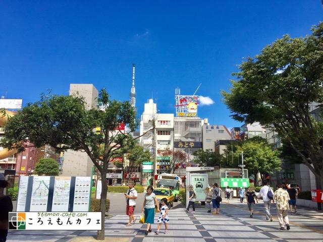 JR総武線の錦糸町駅北口を出た広場。スカイツリーが見える。