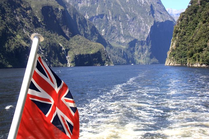 58GradNord - Elternzeit in Neuseeland - Milford Sound & NZ flag