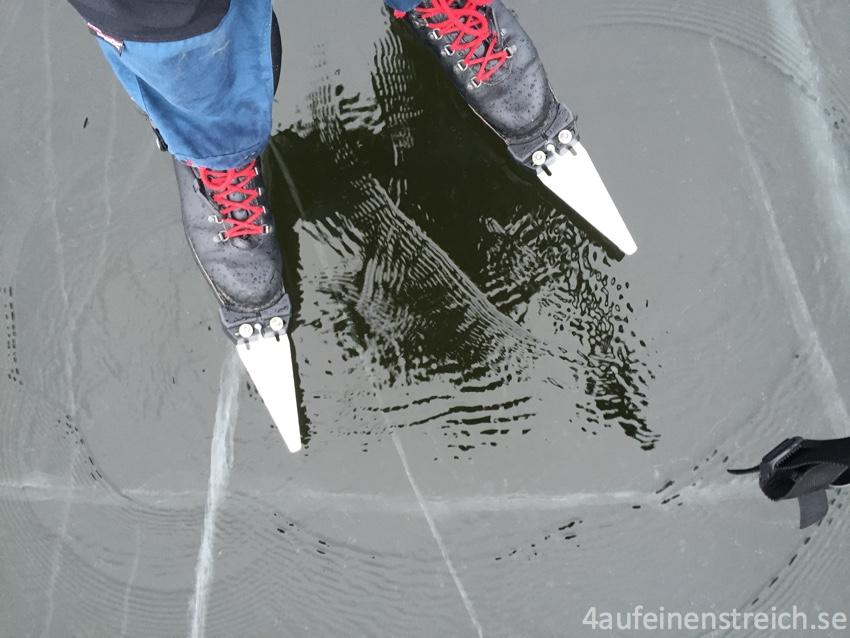 Wasserschicht auf dem Eis