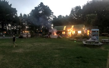Abends werden am Lagerfeuer gemeinsam Marshmallows gegrillt.