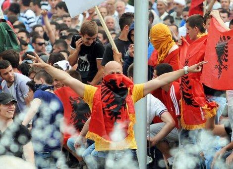 Албания и Косово пламнаха заради присъди в Македония