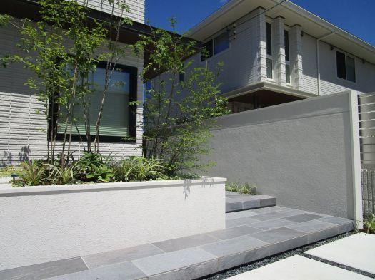 家の前の花壇と白い境界壁