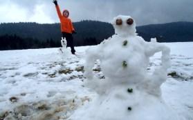 Zajączek w niedzielny poranek dorzucił trochę śniegu do zabawy.
