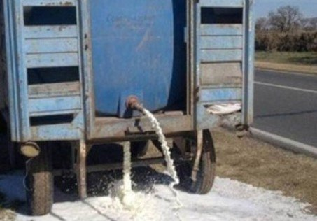 Una vuelta al 2001: Productores tiran leche a las rutas