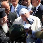 Francisco volvió al Vaticano con 12 refugiados