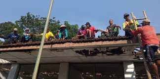 TNI-Bersama-Warga-Gembong-Pati-Kompak-Bareng-bareng-Rehab-Madrasah