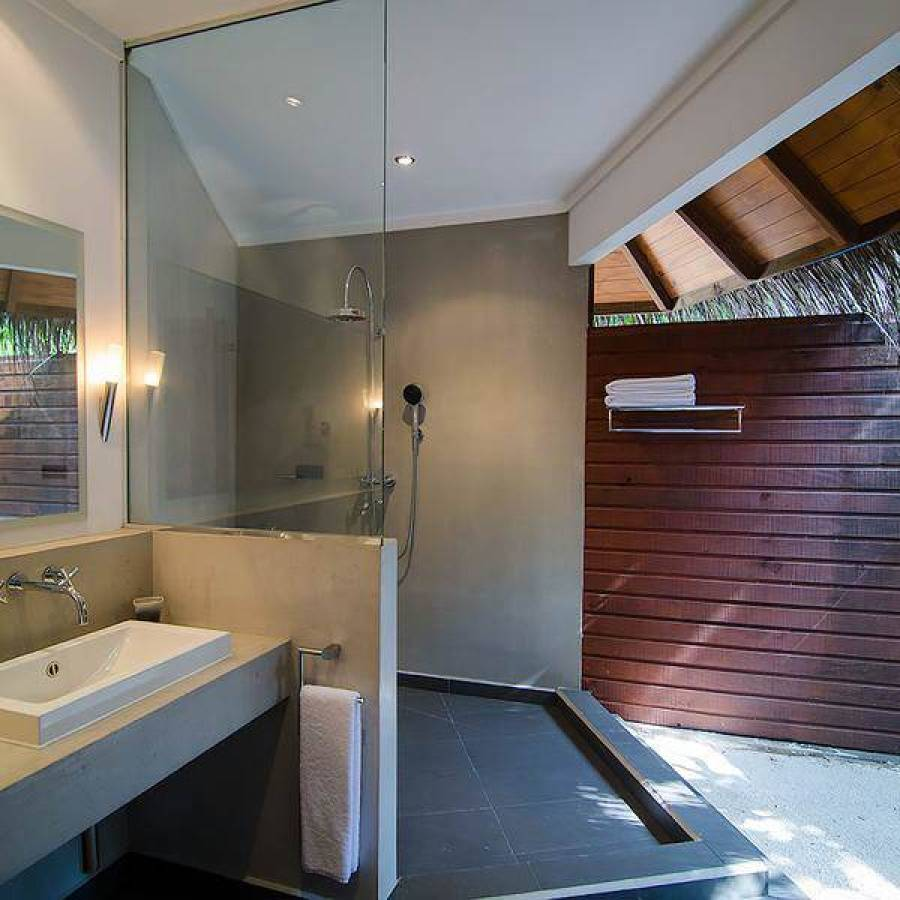 Tropical vibes in the open air bathrooms