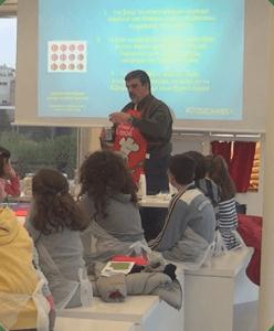 Από την πρώτη παρουσίαση της Κουζινοχημείας πριν τρία χρόνια στο Κέντρο Πολιτισμού – Ίδρυμα Σταύρος Νιάρχος με κοινό παιδιά μέχρι 12 χρονών.