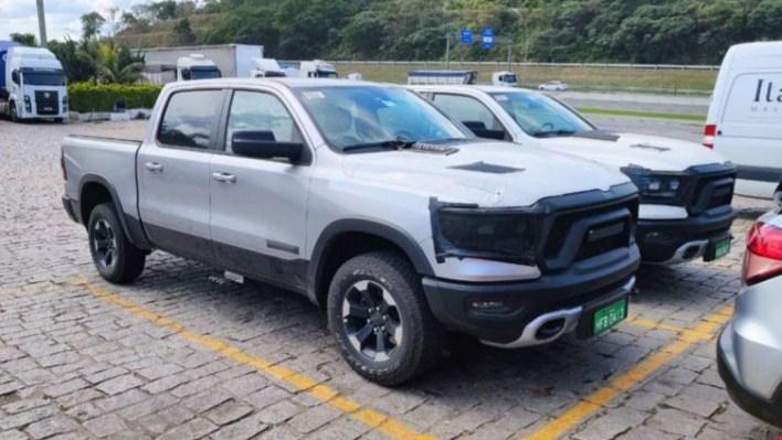 Pair of Ram 1500 Rebel testers on Brazilian roads. (Andre Lago).
