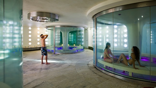 Thermae Bath Spa, Britain' s only natural thermal spa, located in the historic city of Bath, offers traditional and state-of-the-art spa facilities.
