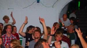 Junge Menschen tanzen ausgelassen