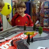 Trier spielt Carrera-Bahn Carrera Kinder Lachen Luftballon - 5VIER