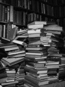 """Bücher Buch Lesung Bücherstapel Foto: austinevan, CC BY  Copy & Paste Code für Bildnachweis: Bildnachweis: """"Books in a stack"""" von austinevan, CC BY - 5VIER"""