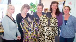 Die Mitarbeiterinnen der Kostümabteilung mit einigen ihrer Schöpfungen - 5VIER
