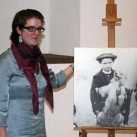 Dorothée Henschel vor Exponat