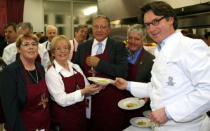 Sternekoch Harald Ruessel mit Anja Ahnen, Gisela Schroeer und Harry Thiele genießen die Kuechenparty 2011. Foto: Agenturhaus - 5VIER