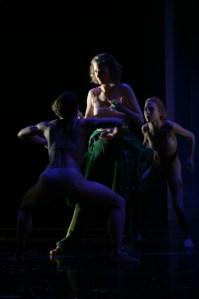 Houston wir haben ein Problem  Commander Joana Caspar mit Höhlenmenschen. Foto: Theater Triet/Friedemann Vetter - 5VIER