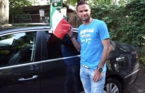 Eine Italienfahne am Auto und ein Hupkonzert