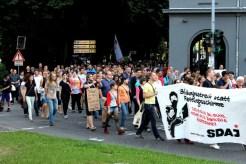 Die Demo erreicht den Balduinsbrunnen