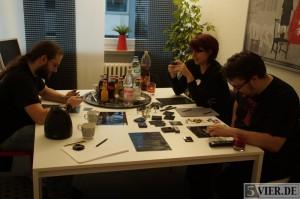 Spieltester Kenneth (links) Schappo, Jasmin Thomé (hinten rechts) und Spieldesigner René Müller am Spieltisch. Foto:Lars Eggers
