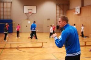 Marco Quotschalla trainiert mit den Schülerinnen der Blandine-Merten-Realschule
