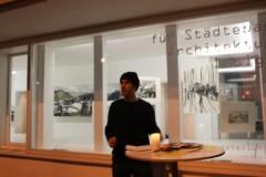 Der Künstler vor seinem 'Stadtbild'. Foto: 5vier.de