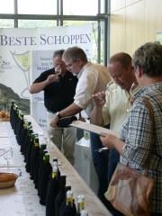 """Gastronomen und Winzer bewerten in einer verdeckten Probe die zum Wettbewerb """"Der Beste Schoppen"""" 2010 eingereichten Weine. Foto: Moselwein e.V./Ansgar Schmitz"""
