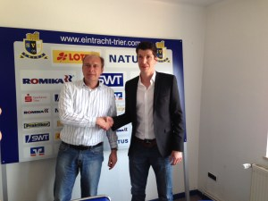 Per Handschlag begrüßt: Jens Schug (re.) ist neuer Geschäftsführer von Eintracht Trier und wurde von Vorstand Roman Gottschalk an seinem ersten Arbeitstag freundlich begrüßt. - 5VIER
