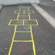 Der erste Schritt ist getan: Die Konturen der Hüpfkästchen sind nachgezogen. Die Zahlen werden von den Kindern selbst ergänzt.