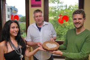 Mit einem veganen Kuchen hatte sich das Referat für Ökologie des AStA der Uni Trier bereits im August bei Ullrich Kühn dem stellvertretenden Küchenleiter der Mensa Tarforst bedankt. Sarah Westphal (links) und Maximilian König (rechts) überreichten als AStA Co-Referenten den selbst gebackenen Kirsch-Streusel an Ullrich Kühn (Mitte), Foto: Studiwerk Trier