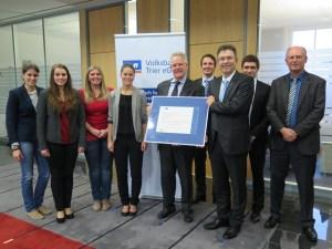 Ausgezeichnet wurde die Volksbank Trier für die innovative Ausbildung. Foto: IHK/Volksbank Trier - 5VIER