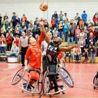 Tyler Saunders gewinnt den ersten Ball in Kaiserslautern. - 5VIER