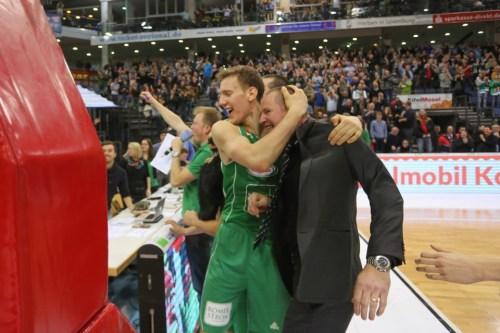 Vrabac nimmt seinen Coach vor Freude in den Schwitzkasten: Noch das normalste, was nach der Schlussirene passierte. Foto: Thewalt