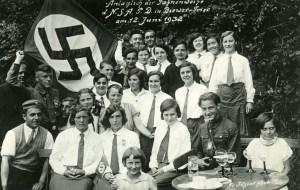 """Abbildung: Die NS-Propaganda nahm Jugendliche gezielt in den Blick – hier bei einer Versammlung des """"Bundes Deutscher Mädel"""" im Sommer 1932. © Stadtarchiv Trier, Bildsammlung 1.12.6"""