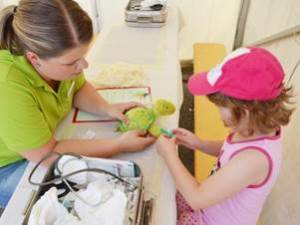 Das Teddykrankenhaus war die Hauptattraktion beim großen Aktionstag Kinderzentrum 2015 im Trierer Familienkrankenhaus. Hier wird gemeinsam das Schienbein von Schildi Strupp behandelt. Foto: Lisa Kehring - 5VIER
