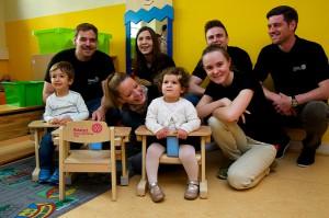 Die Kinder freuen sich über die neuen Stühle.