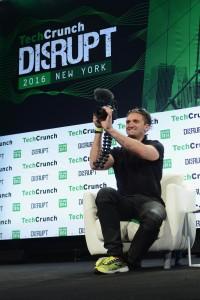 So gut wie nie ohne seine Kamera anzutreffen: Casey Neistat (Foto: Tech Crunch, https://flic.kr/p/GWbDu6)