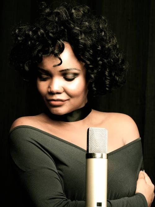 Nya King als Whitney Houston zu Gast in Dillingen.