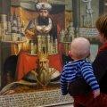 Kunstgenuss und Kleinkinder müssen kein Widerspruch sein – bei den Elternzeit-Führungen sind Eltern mit Babys herzlich willkommen. © Stadtmuseum Simeonstift