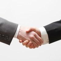 Two business men shaking hands, flickr: https://www.flickr.com/photos/124961070@N02/14561581102/in/photolist-obKUK9-bYZ5rC-9RFeHC-b7o6We-3v2w6R-3v2wRF-r8p5Ud-3v2wux-8R9wHo-8R6pwz-6GKPaX-8R9wEE-8R9wCE-6oyG29-5Uw7jN-bRho1X-4tJnh2-hr9FQT-8UaRNp-bRDniD-6y2R7U-88QTmB-b87qLv-bnNHue-29RktJ-gJPzZF-8R6ptF-6rUPaH-6g4KNY-8H4CYm-aiDpqU-aasX2x-4a52dy-dbV45E-93x1de-aNJskz-61ZWRg-TX4v98-b7frq-dbtzTw-7cXkxw-dzPwSP-nE8UdN-4fgaGY-iE8YB-6nHZfS-dbPTwi-rpeLSA-bbgAMg-a8Y7Hv - 5VIER