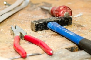 https://pixabay.com/de/werkzeug-werkbank-hammer-zange-384740/ - 5VIER