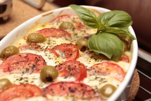 Leckerer Auflauf mit Oliven und Tomaten
